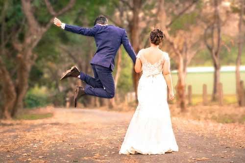 Hochzeitspaar Freudensprung - Hochzeitsfotograf und Hochzeitsvideo